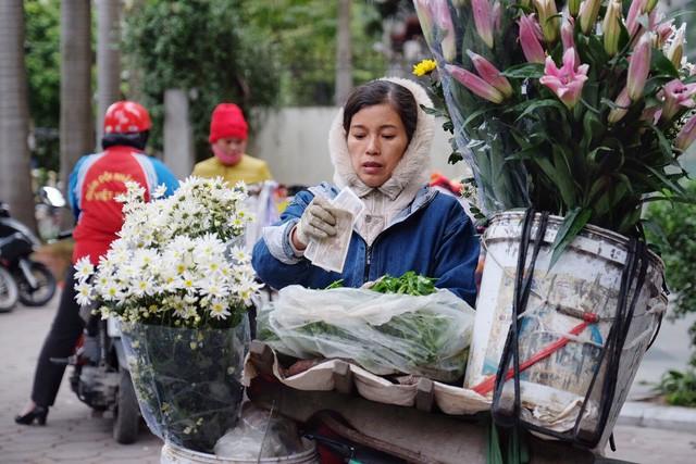 Chùm ảnh: Người Hà Nội co ro xuống phố trong cái lạnh kỷ lục từ đầu mùa - Ảnh 15.