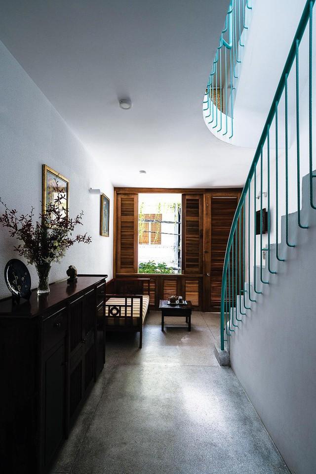 Các khoảng giếng trời bố trí thông minh giúp ngôi nhà ngập tràn trong ánh sáng.