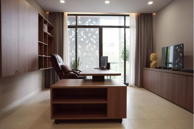 Phòng làm việc được thiết kế thoáng sáng và sang trọng với nội thất gỗ.