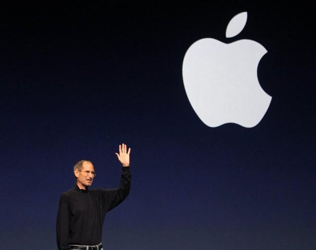 Jobs thôi giữ chức Giám đốc điều hành từ ngày 24/8/2011, chấp nhận vị trí Chủ tịch do bệnh ung thư tuyến tụy tái phát. Trong những giây phút cuối cùng, Steve vẫn làm việc và cống hiến hết mình cho Apple. Ngày 05/10/2011, ông qua đời. Ảnh: Wikimedia Commons.