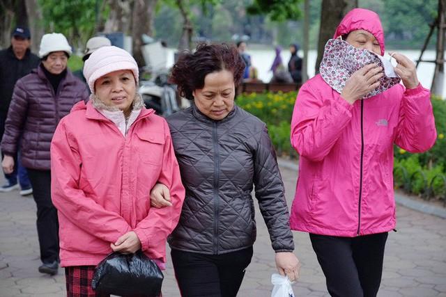 Chùm ảnh: Người Hà Nội co ro xuống phố trong cái lạnh kỷ lục từ đầu mùa - Ảnh 16.