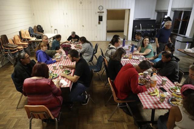 Góc khuất ở Thung lũng Silicon, nơi những người có việc làm ổn định vẫn phải sống như vô gia cư - Ảnh 16.