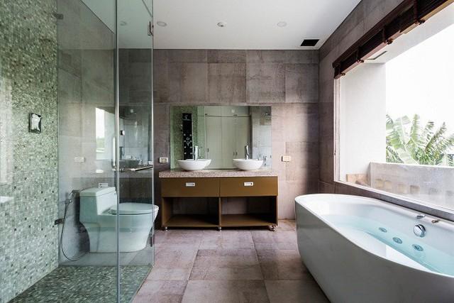 Phòng tắm tràn đầy ánh sáng tự nhiên, một nơi relax quá lý tưởng đúng không nào ?