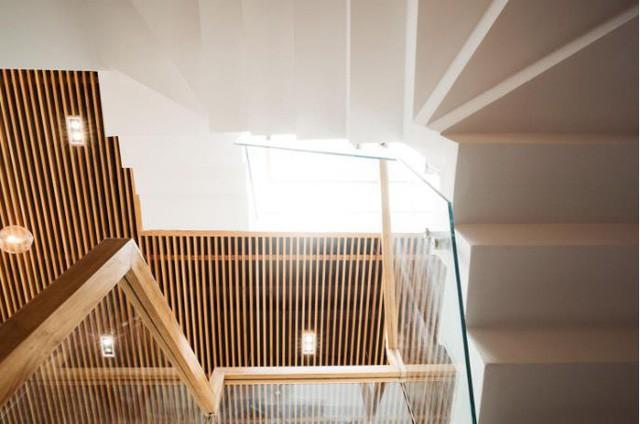 Cầu thang dẫn lên các tầng trong nhà.