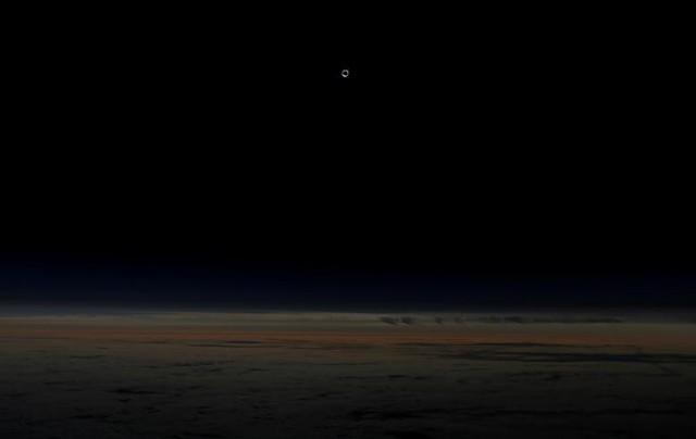Hiện tượng nhật thực khi nhìn từ máy bay thương mại Alaska Airlines ở độ cao 12,2m trên Thái Bình Dương ngoài khơi bờ Depoe Bay, Oregon vào ngày 21 tháng 8.