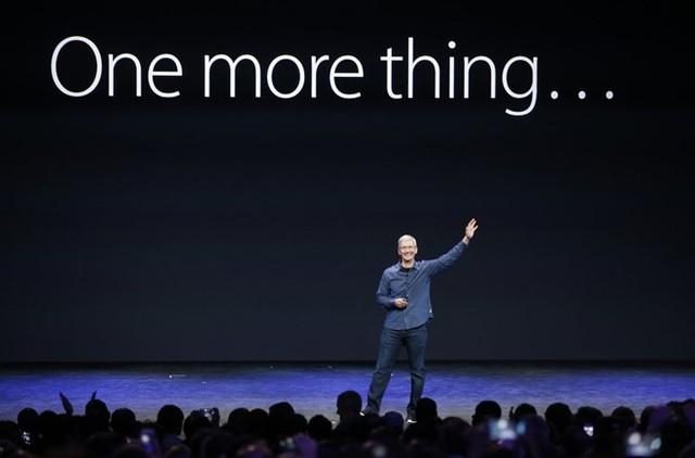 Ngày nay, dưới sự dẫn dắt của Tim Cook, Apple vẫn là công ty có giá trị hàng đầu thế giới. Và cuộc đời của Steve, như mọi người vẫn nói, đã trở thành biểu tượng của sự tận tụy, sức bền bỉ và óc sáng tạo. Ảnh: Reuters.