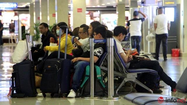 Dù phải chờ lâu nhưng không ai tỏ ra khó chịu mà đều rất kiên nhẫn ngồi chờ vì đã không bị lỡ chuyến bay.