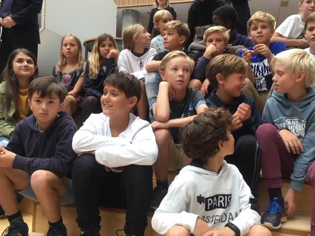 Theo lời giới thiệu trên website của Bộ Giáo dục Đan Mạch, nhà trường có trách nhiệm mang lại niềm vui cho học sinh.