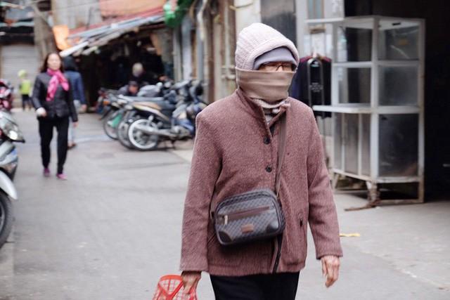 Chùm ảnh: Người Hà Nội co ro xuống phố trong cái lạnh kỷ lục từ đầu mùa - Ảnh 17.