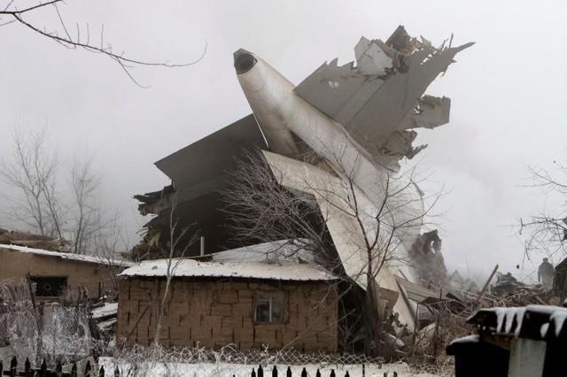 Những mảnh vỡ được tìm thấy sau vụ tai nạn máy bay chở hàng Thổ Nhĩ Kỳ gần sân bay Manas (Kyrgyzstan) vào ngày 16 tháng Giêng.