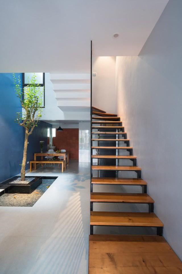 Nhằm đảm bảo diện tích đủ lớn cho các không gian khác, cầu thang lối lên từ tầng 2 có thiết kế bằng sắt với mặt bậc ốp gỗ giúp nhẹ kết cấu và tăng độ thông thoáng.