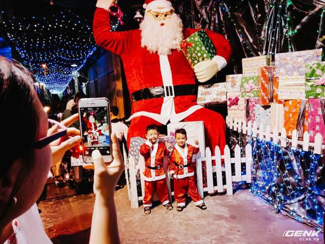 Đời sống qua lăng kính smartphone (Kỳ 1): Người dân Sài Gòn nô nức trang trí phố xá đón Noel đến gần - Ảnh 17.