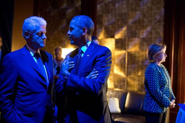 Trò chuyện với cựu Tổng thống Bill Clinton trong khi đợi bà Hillary giới thiệu họ bước ra sân khấu tại một sự kiện của quỹ Clinton.