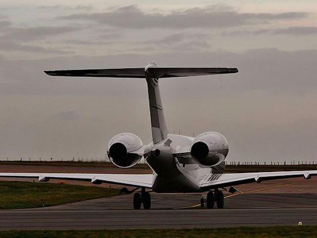 Ông cũng sở hữu một phi cơ Global Express BD-700, một chiếc phi cơ được thiết kế bởi những nhà thiết kế hàng đầu. Giá bán khởi điểm một chiếc BD-700 vào khoảng 45 triệu USD.