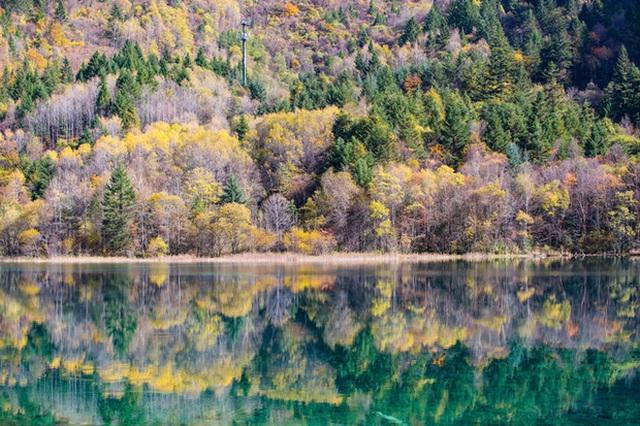18. Thung lũng Jiuzhai, Trung Quốc: Công viên quốc gia này được UNESCO công nhận là di sản thế giới ở tỉnh Tứ Xuyên, Trung Quốc. Jiuzhai nổi tiếng với những thác nước hùng vĩ và những núi đá vôi ngoạn mục nhưng giữa tháng 10 mới là lúc nơi này đẹp nhất khi rừng cây thay lá.