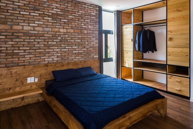 Phòng ngủ trên lầu hai của cậu con trai lớn thiết kế mộc mạc, nhưng đầy đủ tiện nghi.