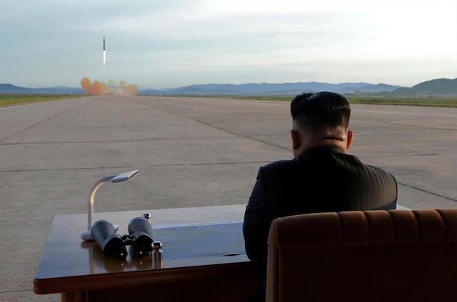 Nhà lãnh đạo Bắc Triều Tiên Kim Jong Un đang theo dõi cuộc phóng tên lửa Hwasong-12, ngày 16 tháng 9.
