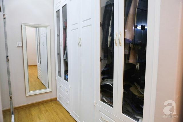 Tủ quần áo được đặt sát một góc tường, gọn gàng và tiện dụng.