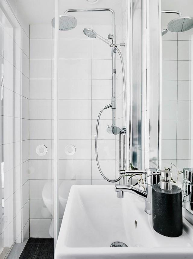 Góc nhà tắm được trang bị rất nhiều đồ nội thất hiện đại.