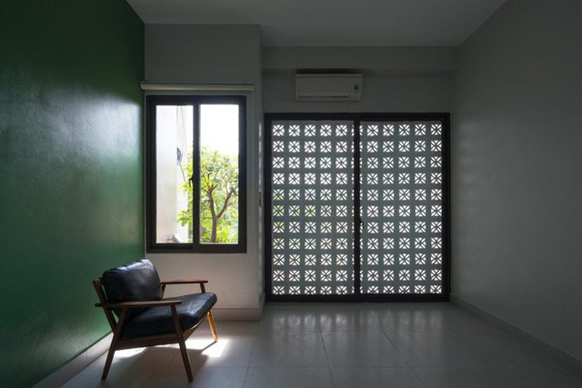 Các phòng ngủ đều sáng và hứa hẹn mang đến những màn trình diễn ánh sáng lý tưởng khi mặt trời rọi qua gạch hoa thông gió.