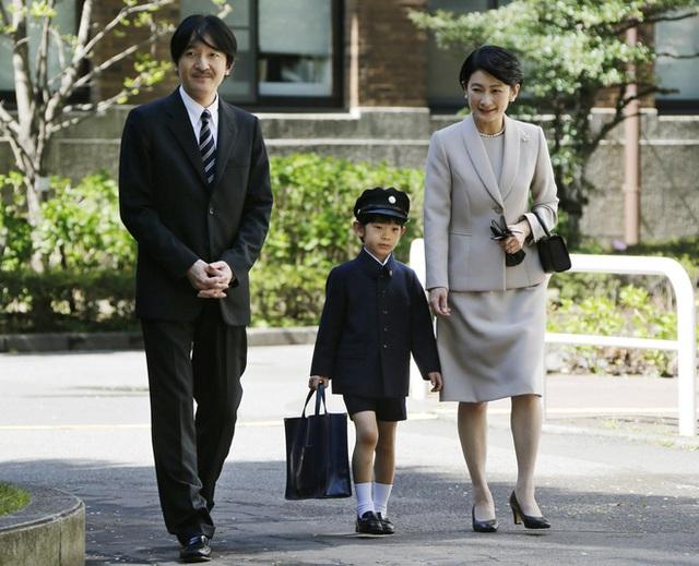 Hoàng tử Hisahito được cha mẹ là Hoàng tử Akishino và Công nương Kiko đưa tới trường trong ngày đầu tới trường tiểu học.