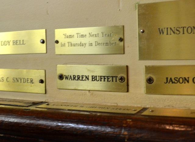 Trên tấm bảng tại cửa hàng này có cả tên của Warren Buffett.