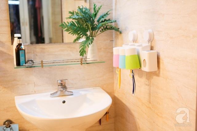 Không gian phòng tắm được ốp gạch màu gỗ ấm cúng.