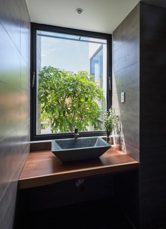 Đến khu vệ sinh cũng có hướng nhìn ra cây xanh.