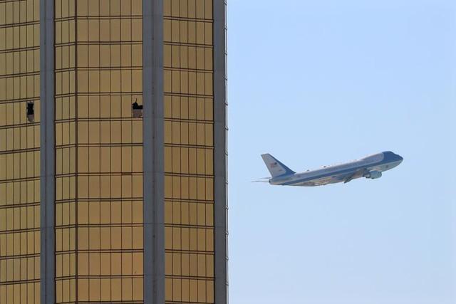 Máy bay Air Force One cất cánh từ Las Vegas, nơi kẻ khủng bố Stephen Paddock từng tiến hành cuộc thảm sát đẫm máu. Ảnh được chụp vào ngày 4 tháng 10.