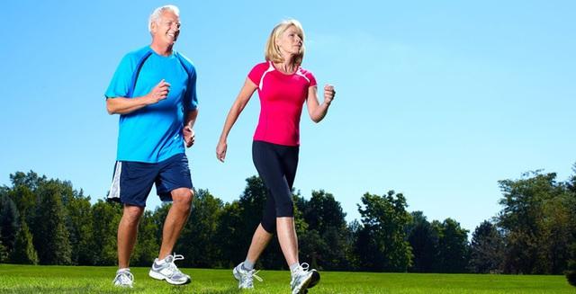 Không chỉ là hình thức vận động thích hợp với mọi lứa tuổi, đi bộ còn là liều thuốc an toàn giúp chúng ta kiểm soát huyết áp. (Ảnh minh họa).