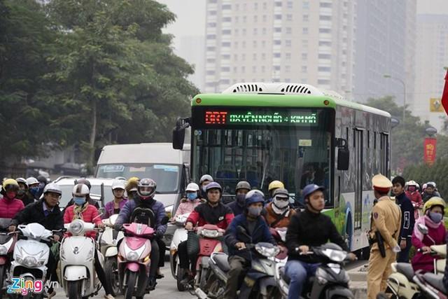 Không thể hy sinh hoàn toàn các phương tiện khác cho buýt nhanh. Ảnh: Tiến Tuấn - Lê Hiếu.