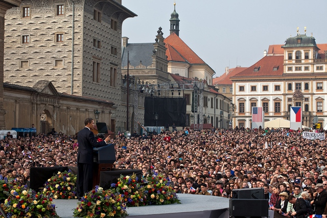 Bài phát biểu lớn đầu tiên của ông Obama, nói về cam kết tìm kiếm hòa bình và an ninh trong một thế giới không có vũ khí hạt nhân trước đám đông hàng nghìn người ở Cộng hòa Séc.