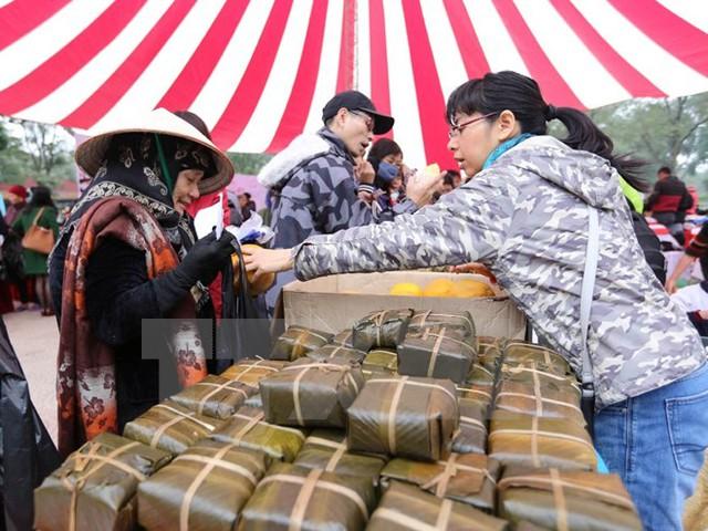 """Bán bánh chưng tại """"Hội chợ Tết giá 0 đồng, Hà Nội,"""" ngày 21/1 (Ảnh: TTXVN)"""