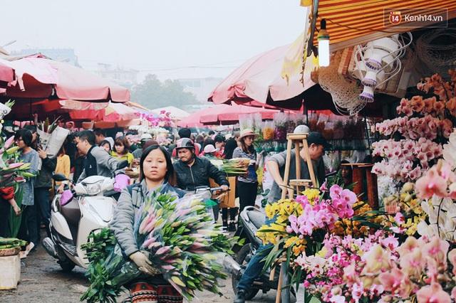 Khổ như người Hà Nội hành xác ở chợ hoa vừa đông, vừa tắc cả tiếng đồng hồ - Ảnh 3.