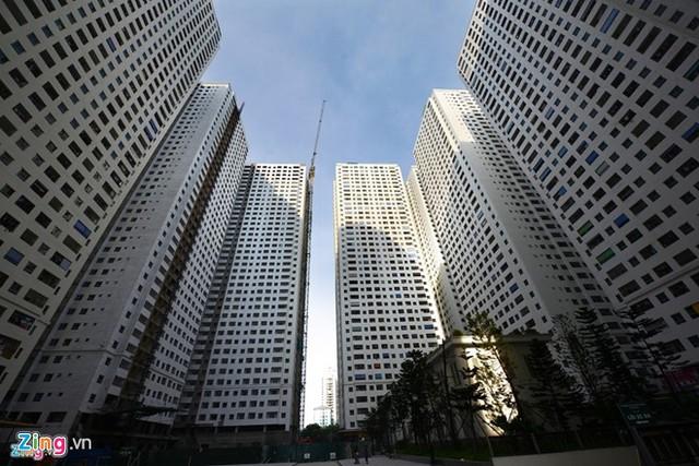 Chỉ 3 ha đất mà có tới 12 tòa nhà cao tầng mọc lên, phá nát khu bán đảo Linh Đàm từng tự hào là khu đô thị đáng sống. Ảnh: Tiến Tuấn.