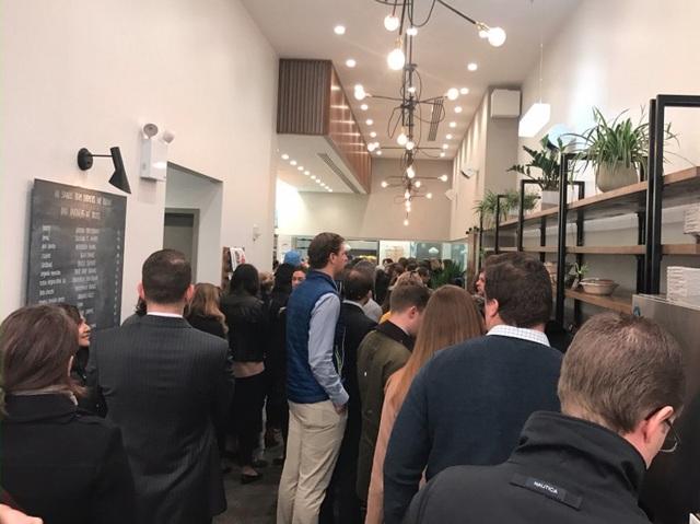Khách hàng chờ đợi đông nghịt tại Sweetgreen ở Midtown Manhattan vào Thứ ba.