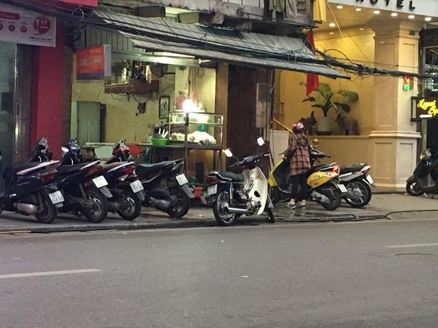 Quán lòng lợn rửa bằng chân trên phố Hàng Thùng bỗng vắng khách - Ảnh 3.