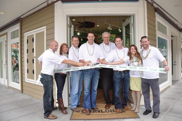 Cariloha CFO, Brent Rowser (đứng thứ 3 từ bên trái) và CEO Jeff Pedersen (đứng thứ 4 từ bên trái), cùng với nhóm quản lý và giám sát tại Cariloha Juneau