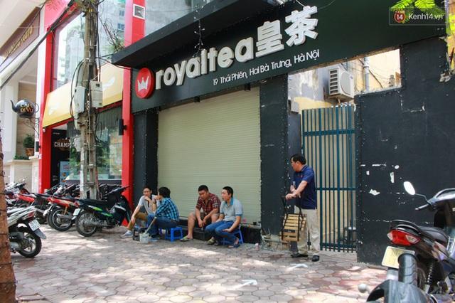 Khi chúng tôi tìm đến, cửa hàng Royal tea ở Thái Phiên vẫn đang đóng cửa.