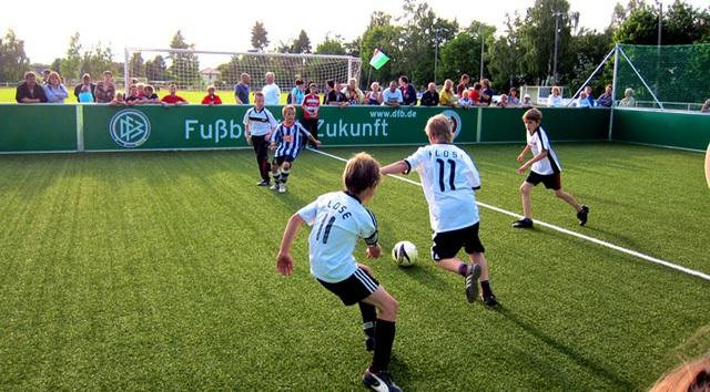 Trẻ em Đức, trong những bộ áo mang tên các tuyển thủ bóng đá Đức, đang chơi bóng