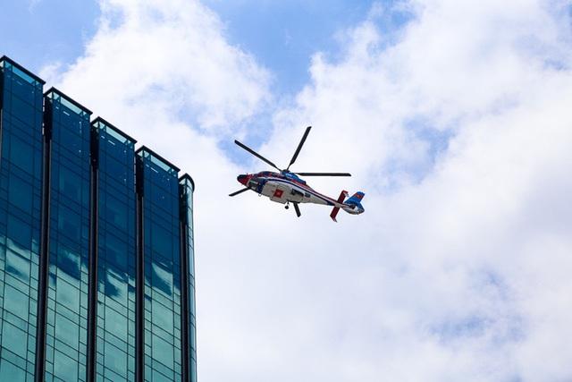 Cận cảnh chiếc trực thăng chuẩn bị đáp xuống tòa nhà Times Square