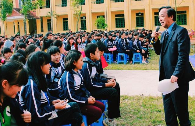 GS. Nguyễn Lân Dũng giao lưu với các em học sinh trường THPT Bá Thước – Thanh Hóa