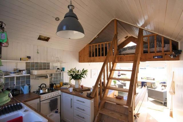 Khu bếp ăn nhỏ nhưng bố trí gọn gàng có đầy đủ tiện nghi.