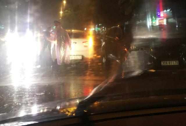 Tối 16/8, khi 1 số chủ xe đi làm về đã bị Công an quận Hoàng Mai lập chốt, chặn không cho vào bãi.