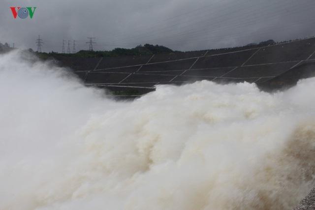 Nước từ lòng hồ Hòa Bình qua cửa xả đáy tạo thành thác nước đổ xuống sông Đà tạo nên sự kỳ vĩ khác thường.