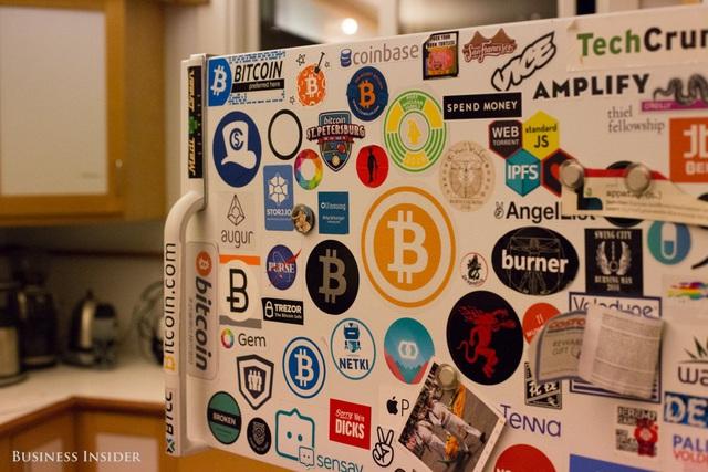 Các stickers yêu thích của Gardner được dán trên tủ lạnh