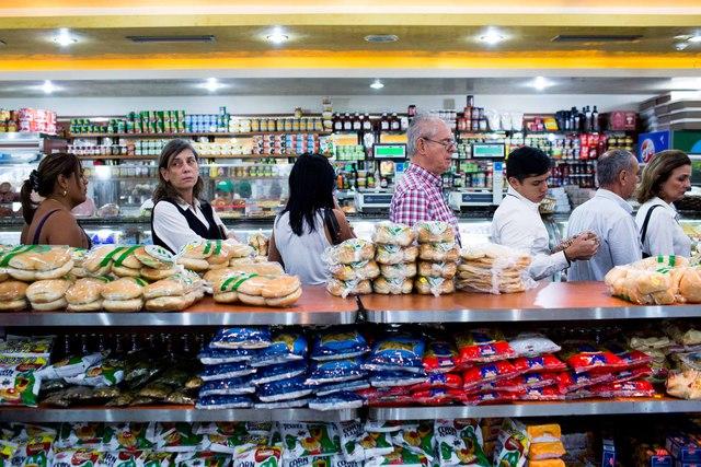 Những quầy hàng đầy đồ như thế này, như trong tiệm bánh gần nhà Zerpa, thường là các mặt hàng không cần thiết ở mức giá cao ngút trời