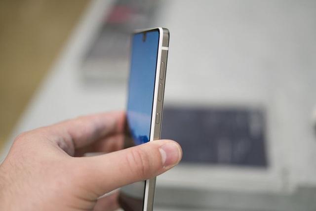 Điện thoại được làm từ titan có phần mép thon gọn xung quanh màn hình. Photographer: Mark Gurman/Bloomberg
