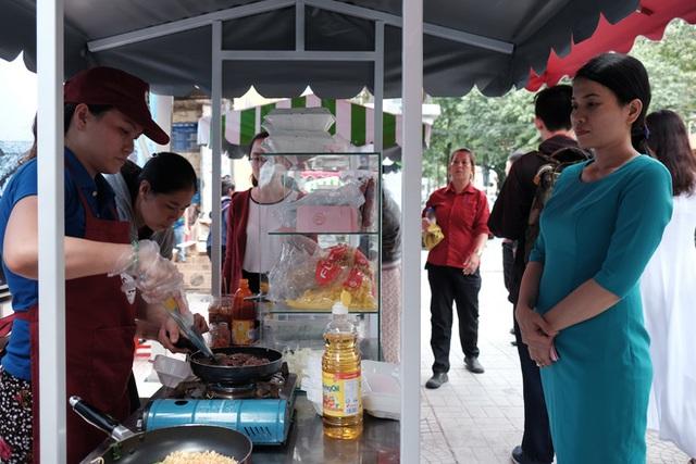 Ngay từ thời điểm 10 giờ 45 đã xuất hiện khá nhiều người tìm đến phố hàng rong. Chị Minh Tuyết (33 tuổi), nhân viên một công ty du lịch gần đó cho biết đã nghe thông tin phố hàng rong khai trương từ lâu nên không bất ngờ khi các hàng quán được sắp xếp gọn gàng, ngăn nắp và trông khá hợp vệ sinh.