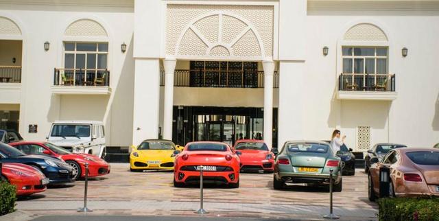 Dàn siêu xe bên ngoài một khách sạn ở Dubai.